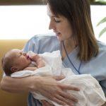 Kuvassa naistentautien osastonlääkäri Marian Jaalama vauva sylissään. Kuva on nettikoossa