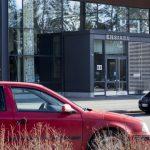 Ensiavun sisäänkäynti kuvattuna kauempaa. Kuvan etualalla punainen henkilöauto. Kuva on nettikoossa