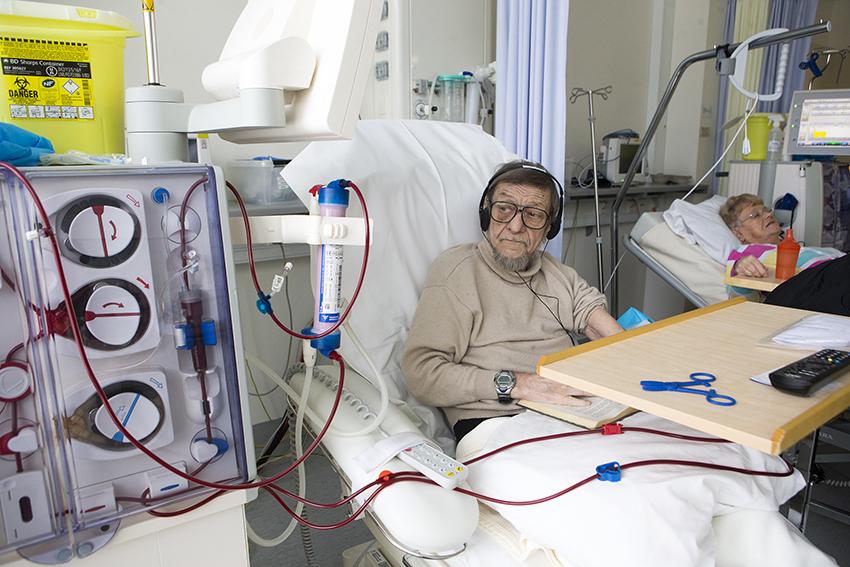 Sisätautien erikoisalalla hoidetaan muun muassa sydän-ja verisuonitauteja ja munuais- ja veritauteja. Kuvassa kaksi potilasta sisätautien osastolla.