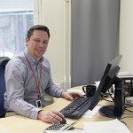 Tays alustayhtiön toimitusjohtaja Petrus Kukkonen työkoneensa äärellä. Kuva on nettikoossa.