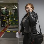 Kuvassa on Kantasairaalahankkeen projektipäällikkö Eeva Rikkilä-Kettunen. Rikkilä-Kettunen puhuu puhelimeen sairaalan käytävällä. Kuva on nettikoossa