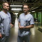 Kuvassa akuuttilääketieteen erikoislääkärit Teemu Koivistoinen ja Markku Grönroos seisovat Kanta-Hämeen keskussairaalan käytävällä. Kuva on nettikoossa