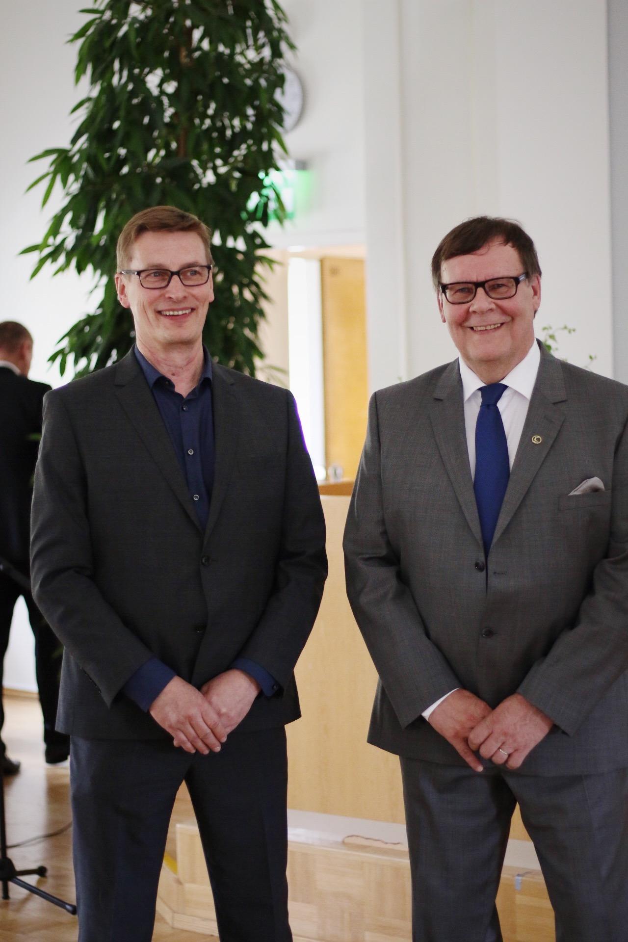 Juuri valittu talous- ja tukipalvelujohtaja Tero Pitkämäki vierellään eläkkeelle jäävä Seppo Karhu.