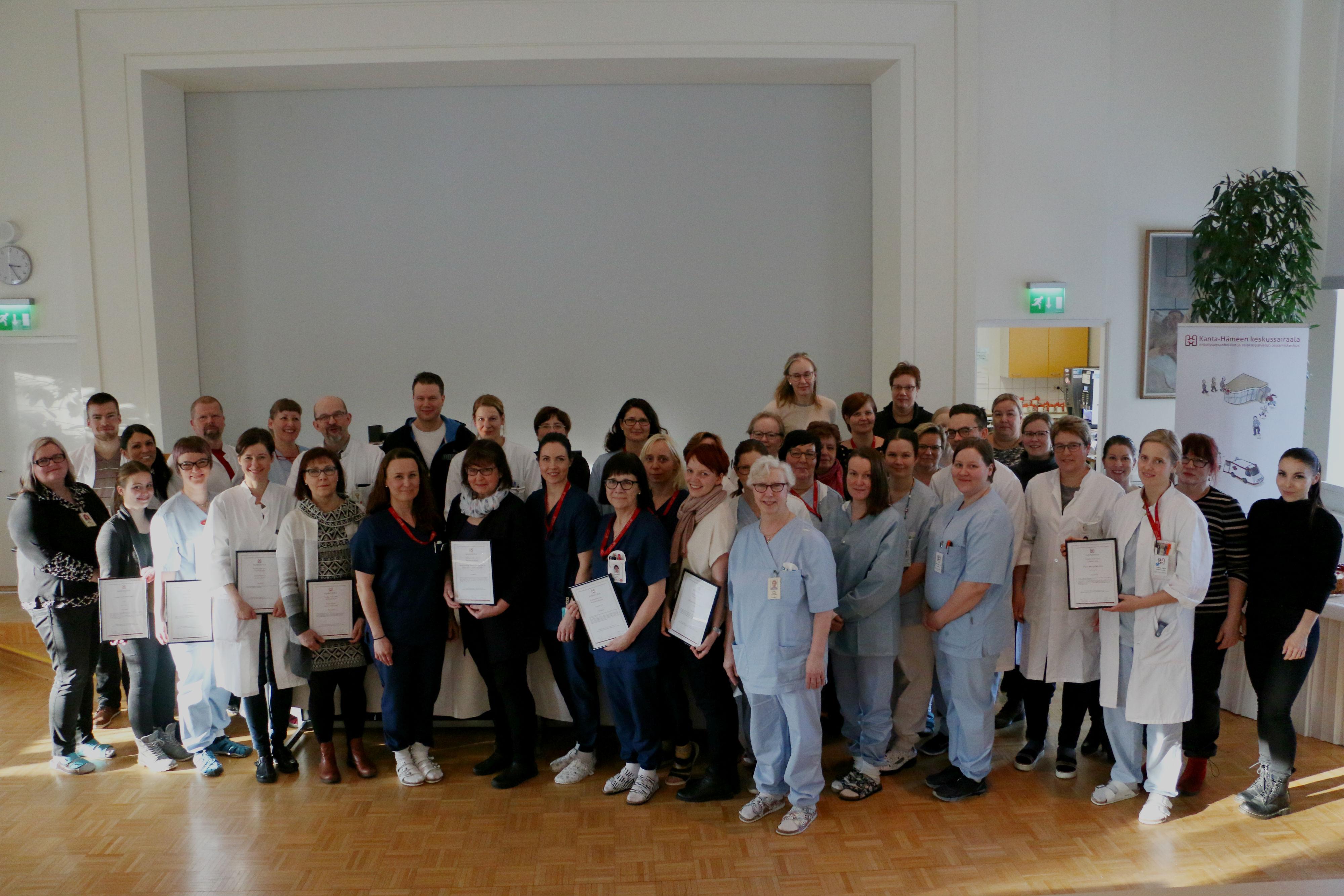 Kanta-Hämeen sairaanhoitopiiri palkitsi tiistaina 20. helmikuuta henkilöstöänsä Potilas ensin -palkintotilaisuudessa. Kuvassa tunnustuksen saaneet henkilöt.