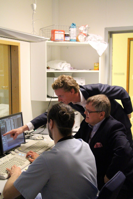 Kuvassa Ivbar-instituutin strategiajohtaja Markus Kirsten, KHSHP:n johjajaylilääkäri Seppo Ranta ja röntgenhoitaja Patrik Väänänen.