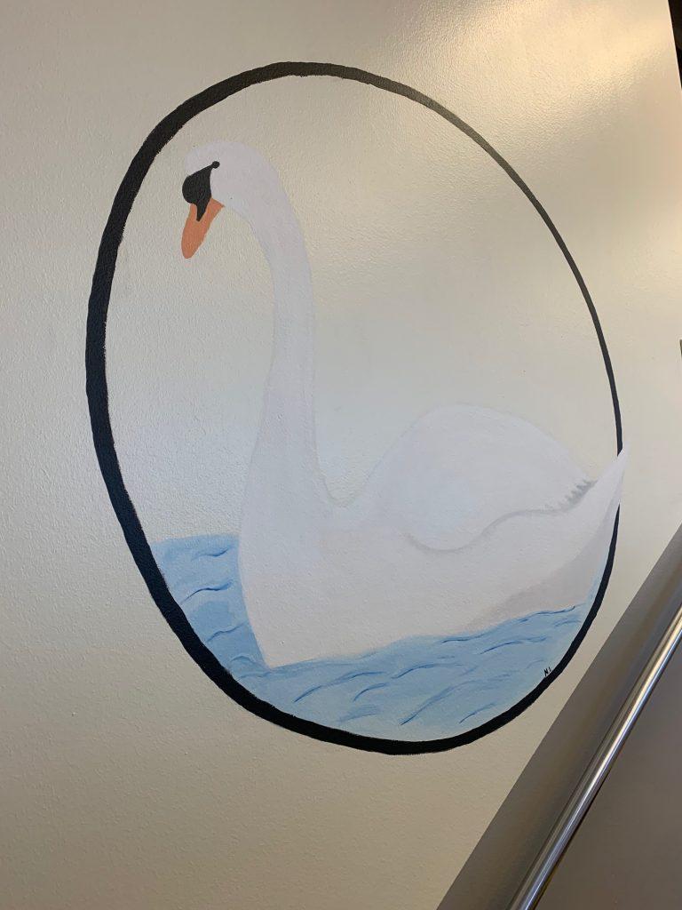 Kuvia keskussairaalan aulan muraalimaalauksista.