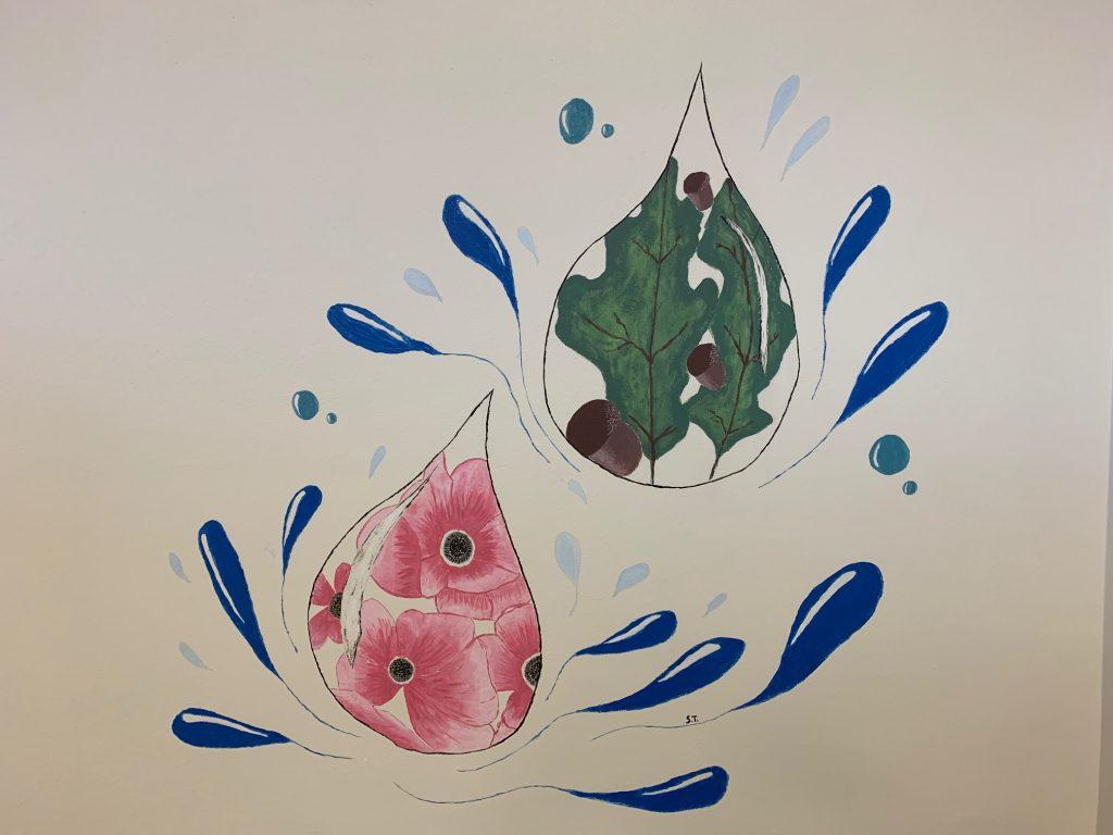 Kuvassa yksi muraalin maalauksista. Maalauksessa on kaksi vesipisaraa, joiden sisällä on kukkia ja lehtiä.