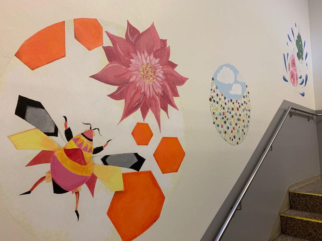 Keskussairaalan muraalimaalauksessa on kuvattu luonnon aiheita. Tässä kyseisessä maalauksessa on mehiläinen ja kukka.