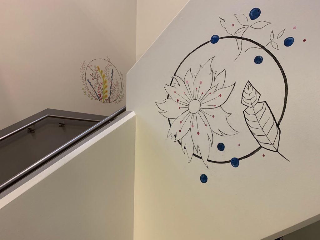 Kuvassa näkyy muraalimaalausten asettuminen keskussairaalan portaikkoon.