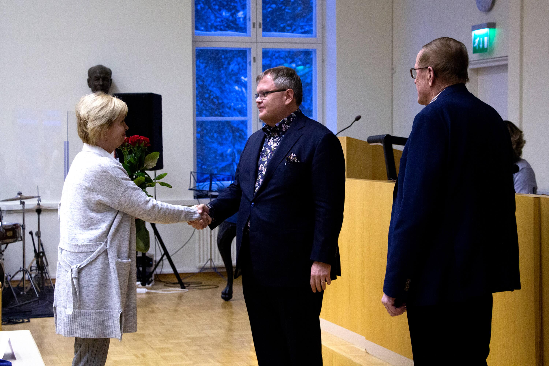 Sairaanhoitopiirin hallituksen puheenjohtaja Kaija-Leena Savijoki ja valtuuston puheenjohtaja onnittelevat uudeksi johtahaksi valittua Seppo Rantaa.