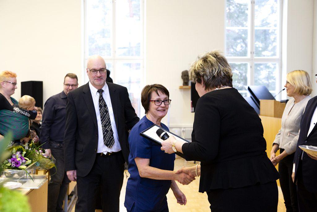 Kirsi Leino kättelemässä palkintojen vastaanottajia Potilas ensin -gaalassa.
