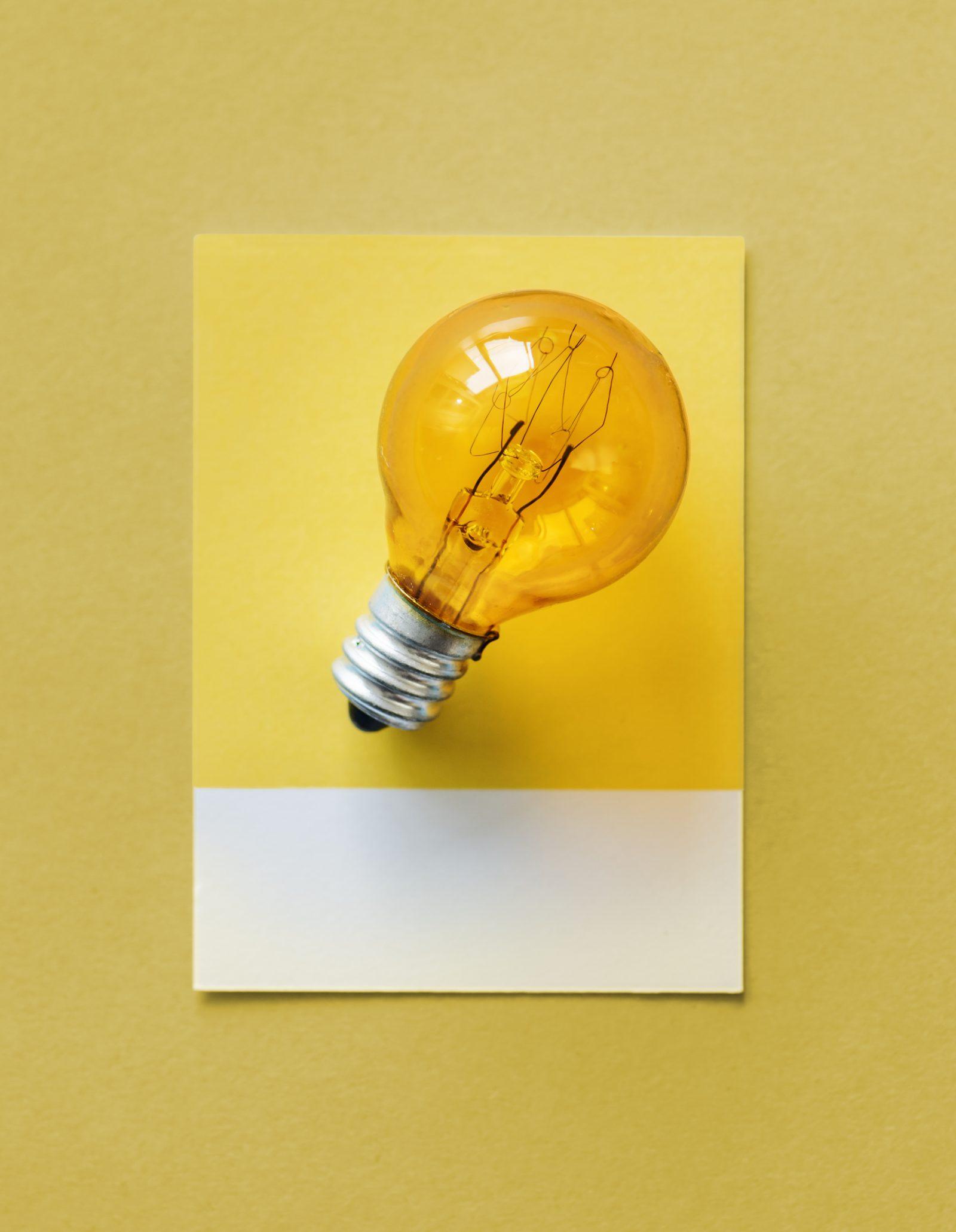 Hehkulamppu kuvaamassa uusien ajatusten syntymistä.