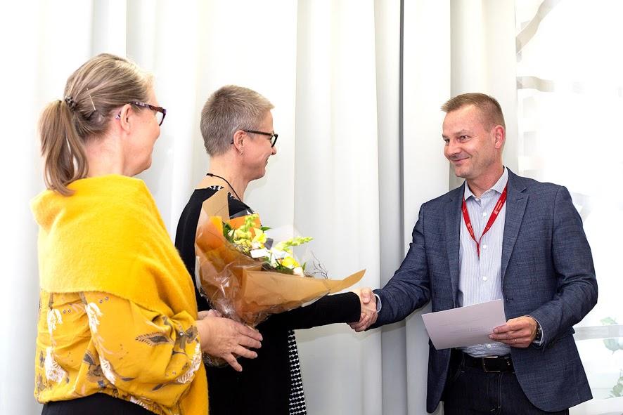 Suomen kasvukäytäväverkoston Outi Myllymaa (vas.) ja Anne Horila luovuttivat henkilöstöjohtaja Petri Alaluusualle Edelläkulkija-kunniamaininnan.
