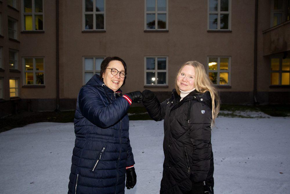 Huomisen terveyskeskus -hankkeen projektipäällikkö Johanna Hämäkäinen ja palveluesimies Anu Pöystilä lyövät ylävitosen onnistuneen yhteistyön kunniaksi.