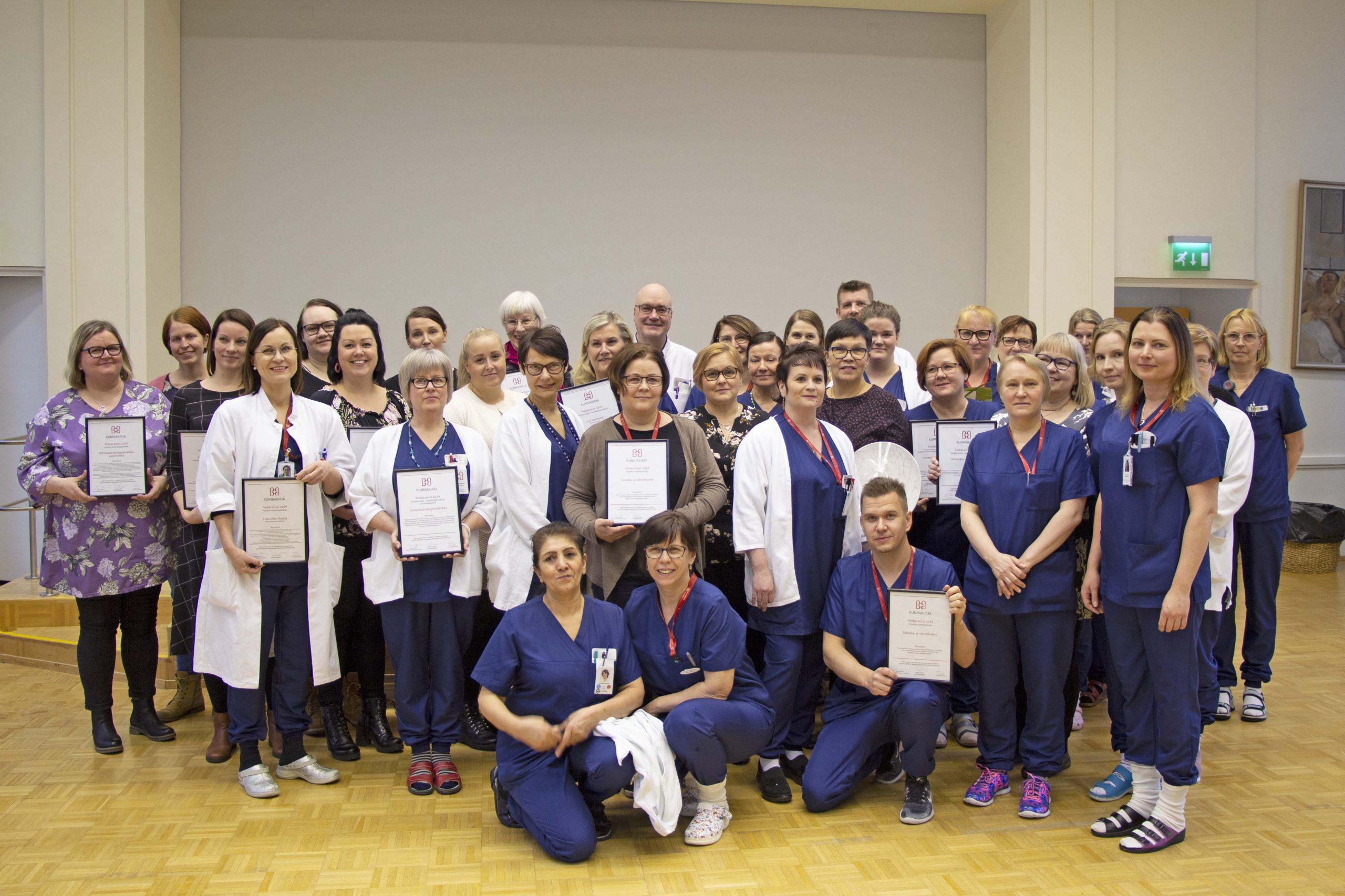 Potilas ensin -gaalassa palkitut keskussairaalan työntekijät ryhmäkuvassa.