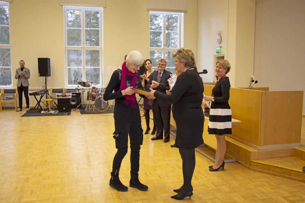Riitta Kokko vastaanotti elämäntyö-palkinnon johtajaylihoitaja Kirsi Leinolta.