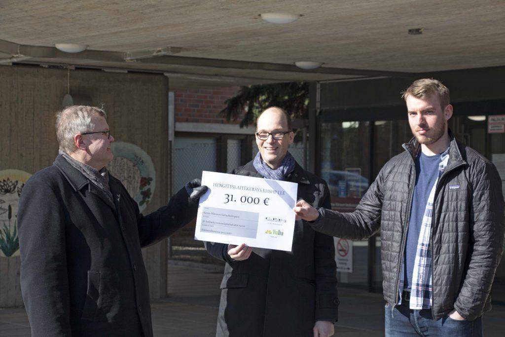 Seppo Ranta vastaanottaa kansalaiskeräyksen tuoton Kristian Vilkmanilta ja Nestori Nurmelta.