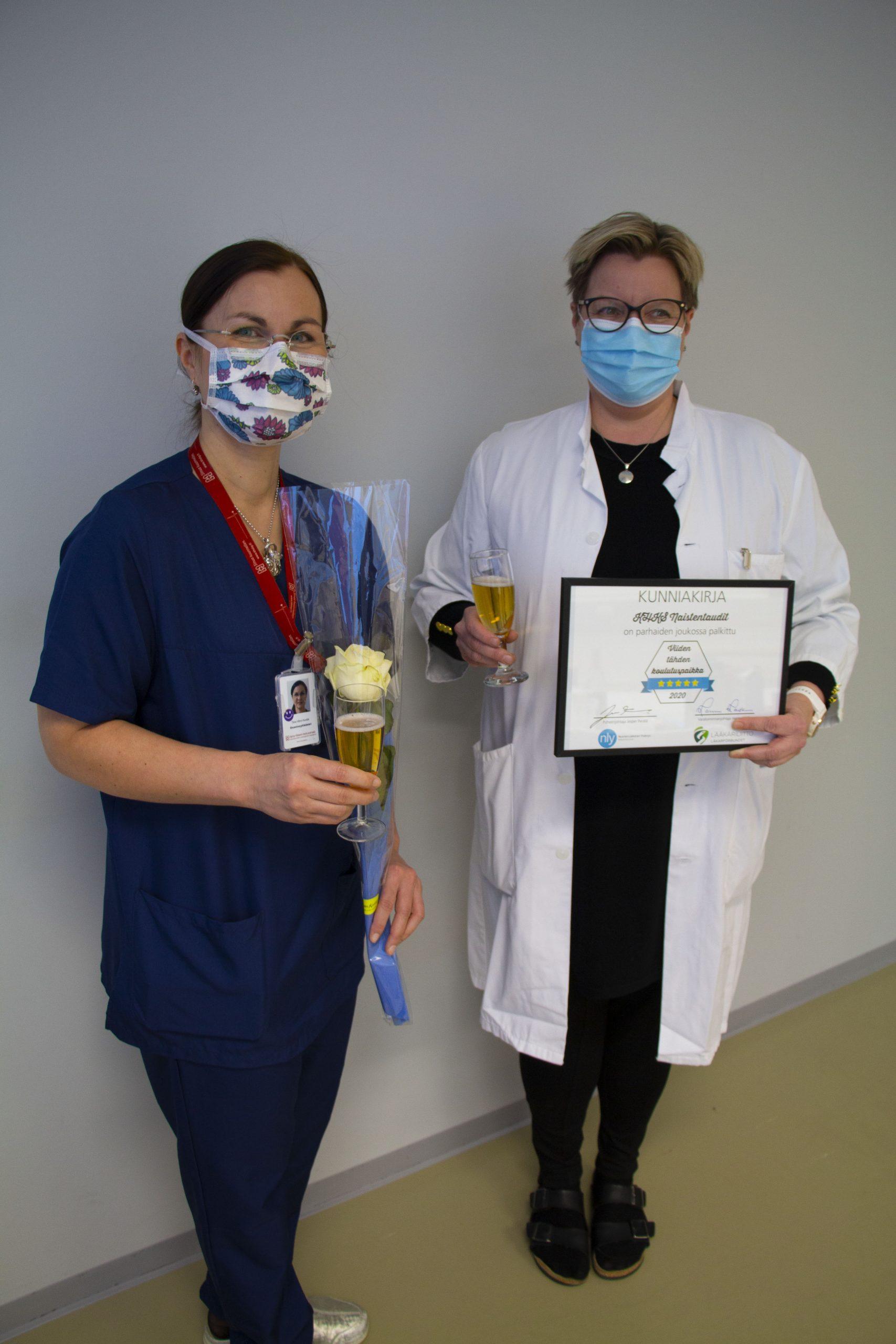 Palkintoa vastaanottamassa naistentautien osastonylilääkäri Tiina Vilmi-Kerälä sekä ylilääkäri Sari Silventoinen.
